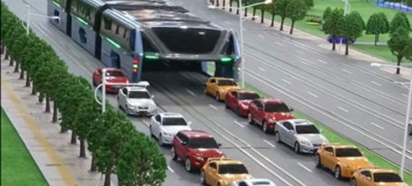 perierga.gr - Λεωφορείο «καταπίνει» την κίνηση!