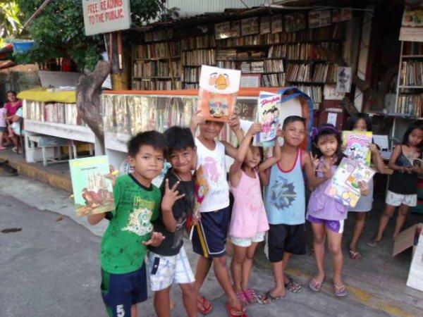 perierga.gr - Μετέτρεψε το σπίτι του σε βιβλιοθήκη για τα άπορα παιδιά!
