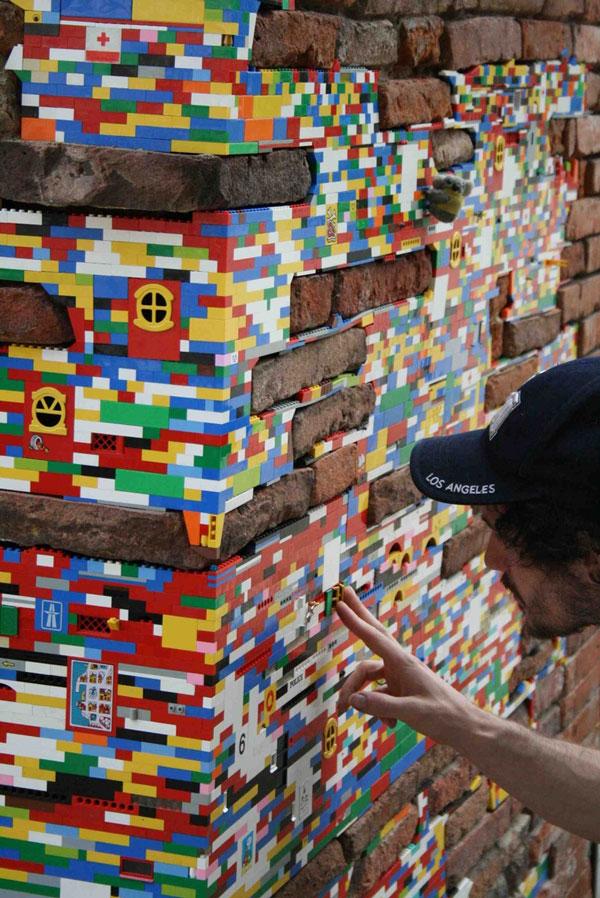 perierga.gr - Καλλιτέχνης επιδιορθώνει γκρεμισμένους τοίχους με Lego!