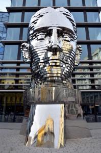 perierga.gr - Το περιστρεφόμενο κεφάλι του Κάφκα στην Πράγα!