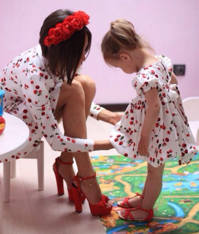 perierga.gr - Μαμάδες ολόιδιες οι κόρες τους...