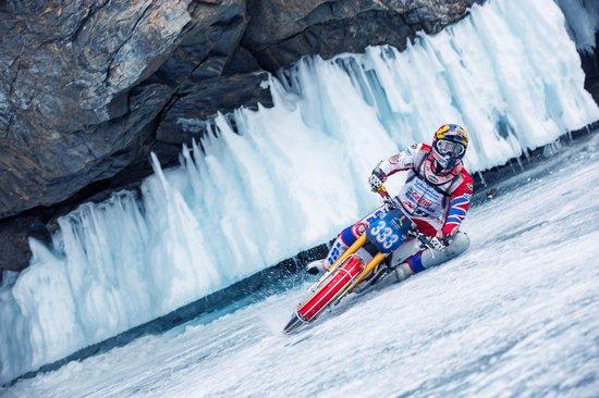 perierga.gr - «Χορός» με μοτοσικλέτα στη λίμνη Βαϊκάλη!