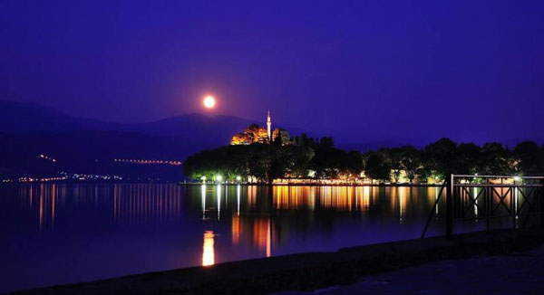 perierga.gr - Νυχτερινή βόλτα στη λίμνη των Ιωαννίνων!