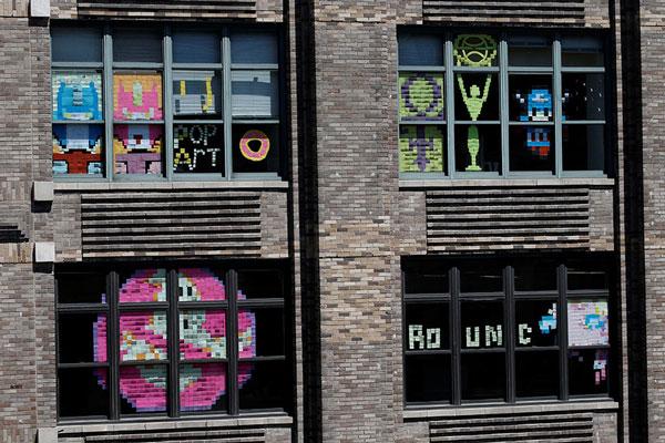 "perierga.gr - Ο ""πόλεμος"" των Post-it στα παράθυρα δύο εταιρειών!"