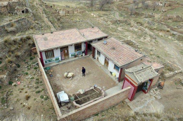 perierga.gr - Ζει 10 χρόνια μόνος του σε εγκαταλειμμένο χωριό!