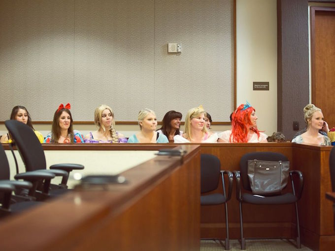 perierga.gr- Ένα δικαστήριο γεμάτο πριγκίπισσες της Disney για την υιοθεσία 5χρονης!