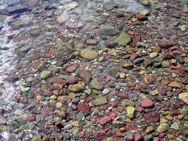 perierga.gr - Τα πολύχρωμα βότσαλα της λίμνης McDonald!
