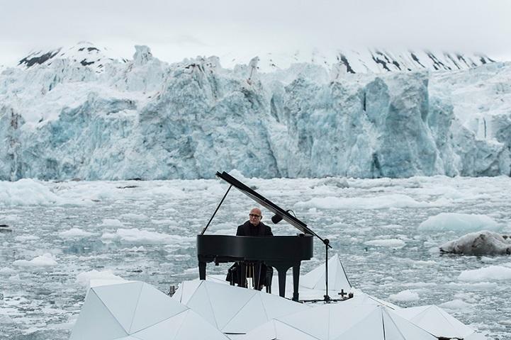 perierga.gr - Παίζοντας πιάνο πάνω στους πάγους της Αρκτικής!