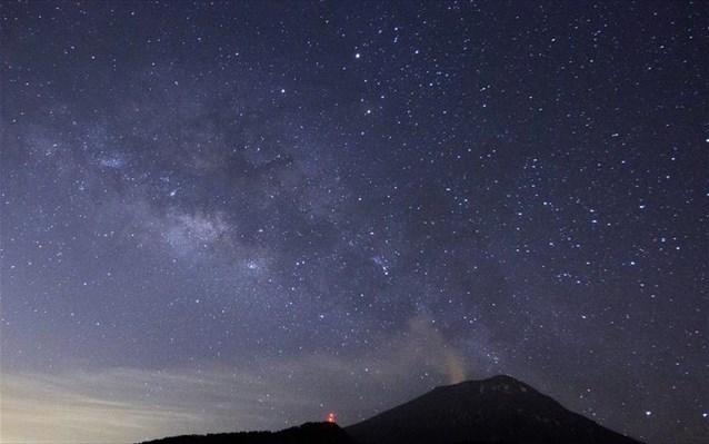 Perierga.gr - Έκρηξη ηφαιστείου με φόντο τ' αστέρια!