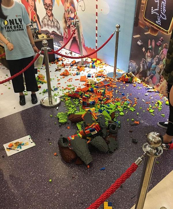 perierga.gr - Τρεις μέρες έφτιαχνε τα Lego και ένα παιδί το κατέστρεψε σε δευτερόλεπτα!
