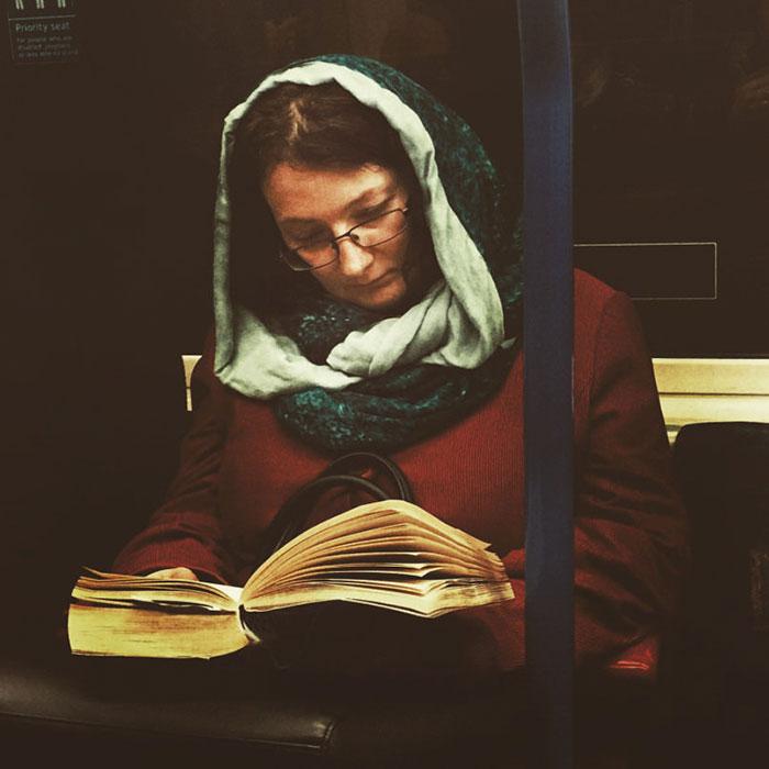 perierga.gr - Φωτογράφος απαθανατίζει επιβάτες τρένων σαν πρόσωπα του 16ου αιώνα!