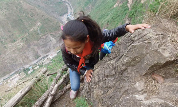 perierga.gr - Παιδιά σκαρφαλώνουν σε βουνό 800 μ. προς το σχολείο!