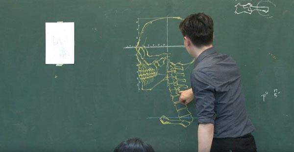 perierga.gr - Δάσκαλος δημιουργεί λεπτομερή σκίτσα στον μαυροπίνακα!