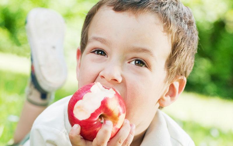 perierga.gr - Τα μήλα «χαλάνε» τα δόντια!