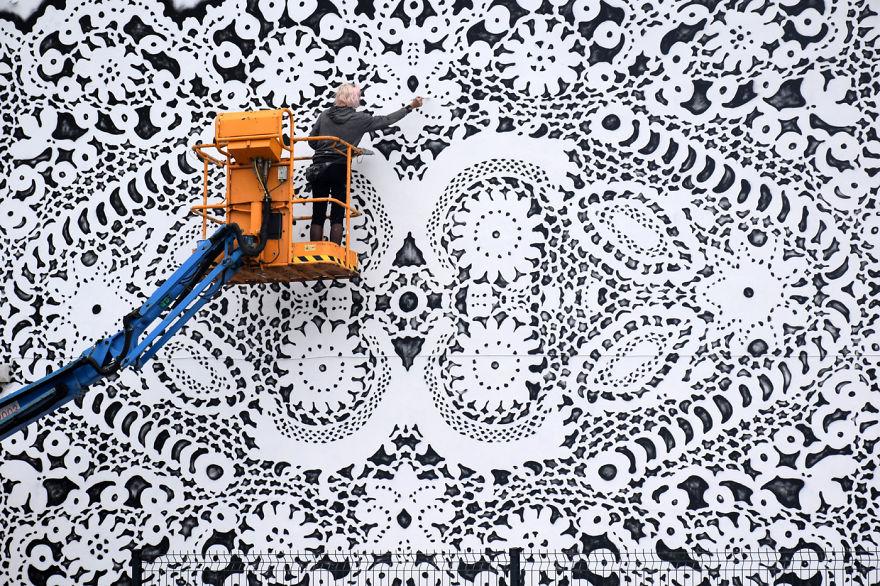 """perierga.gr - Ζωγραφίζει """"σεμεδάκια"""" στους τοίχους σπιτιών!"""