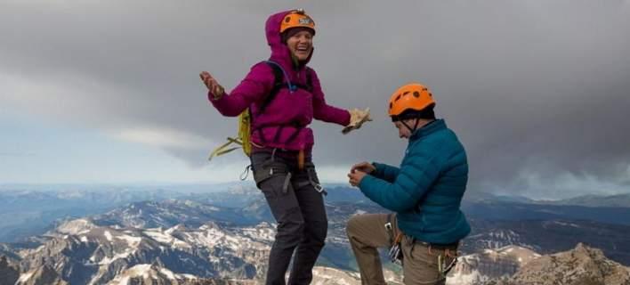 perierga.gr - Πρόταση γάμου σε βουνοκορφή στα 4.000 μ. και του έπεσε το δαχτυλίδι!