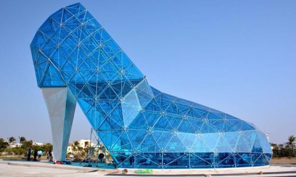 """perierga.gr - Ασυνήθιστη """"εκκλησία"""" σε σχήμα γυάλινης... γόβας!"""
