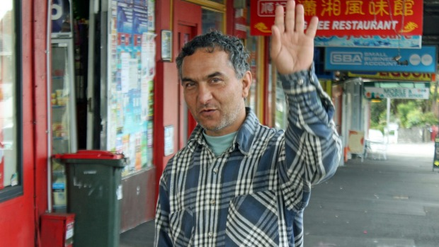 perierga.gr - Καθαρίζει εθελοντικά την πόλη του 12 χρόνια τώρα!