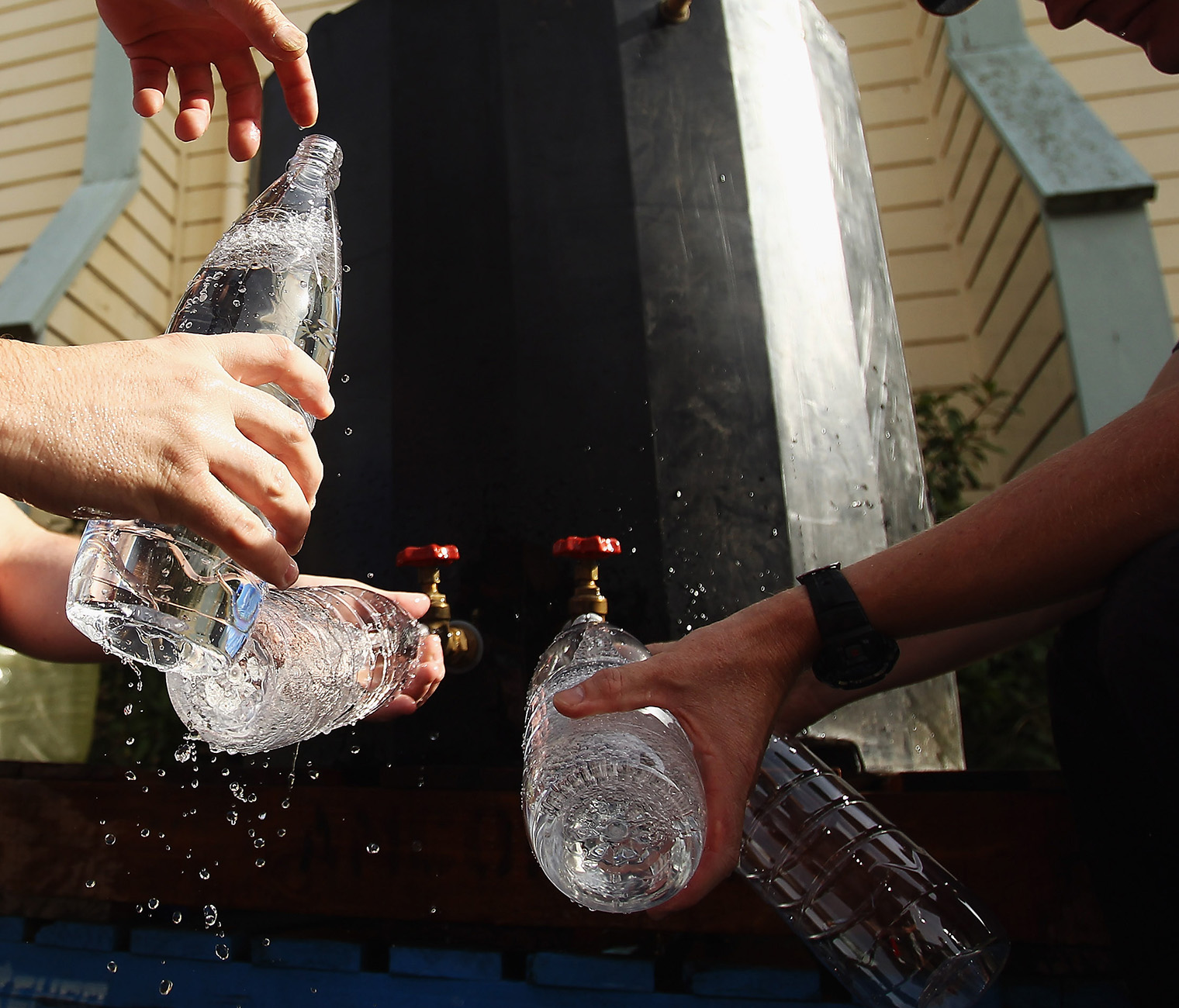 perierga.gr - Τα μπουκάλια νερού είναι πιo βρόμικα από... τη λεκάνη μιας τουαλέτας!