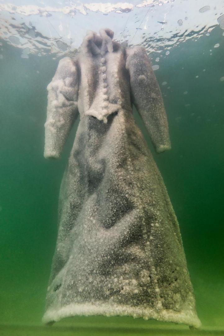 perierga.gr - Φορέματα βυθίστηκαν 2 χρόνια στη Νεκρά Θάλασσα!