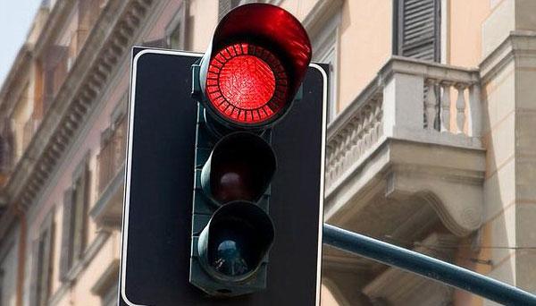 perierga.gr - Η αναμονή στο κόκκινο φανάρι βλάπτει σοβαρά την υγεία!