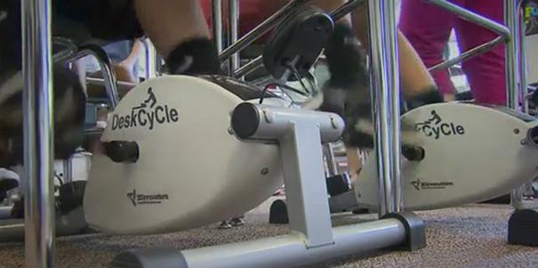 perierga.gr - Ποδήλατα γυμναστικής κάτω από τα θρανία!