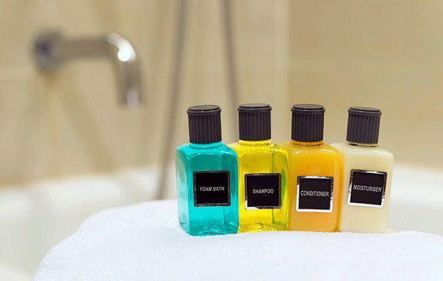 Γιατί τα ξενοδοχεία προσφέρουν σαπούνια, σαμπουάν, λοσιόν αλλά όχι οδοντόκρεμα;