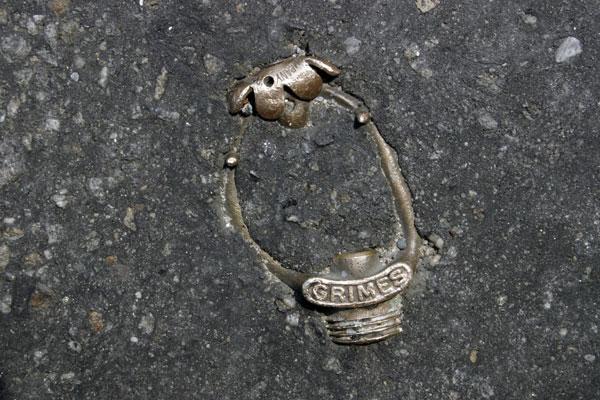 perierga.gr - Αντικείμενα που έγιναν ένα με το οδόστρωμα!