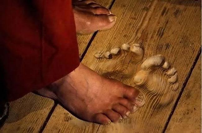 perierga.gr - Τα αποτυπώματα των ποδιών... δείγμα πίστης βουδιστή μοναχού!