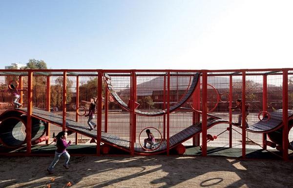perierga.gr - Αχρησιμοποίητος λόφος μεταμορφώθηκε σε παιδική χαρά!
