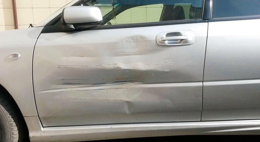 perierga.gr - Ευφάνταστη επιδιόρθωση τρακαρισμένου αυτοκινήτου!