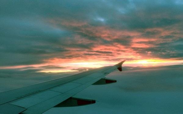 perierga.gr - Φαντασμαγορικές εικόνες από αεροπλάνο σε... φλεγόμενο ουρανο!