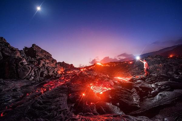 perierga.gr - Καυτή λάβα, Γαλαξίας, μετεωρίτης & το φεγγάρι σε μια φωτογραφία!