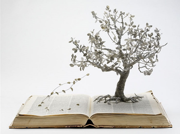 """perierga.gr - """"Παραμυθένια"""" σκηνικά σε σελίδες βιβλίων!"""