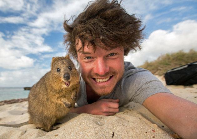 Perierga.gr-Ταξιδεύει σε όλον τον κόσμο για να βγάλει selfies με ζώα