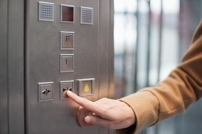 perierga.gr - Το κουμπί για να κλείσεις την πόρτα στο ασανσέρ είναι απάτη!