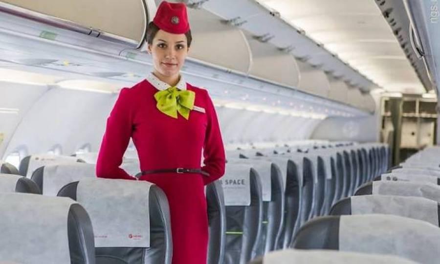 Γιατί οι αεροσυνοδοί έχουν τα χέρια πίσω όταν υποδέχονται τους επιβάτες;