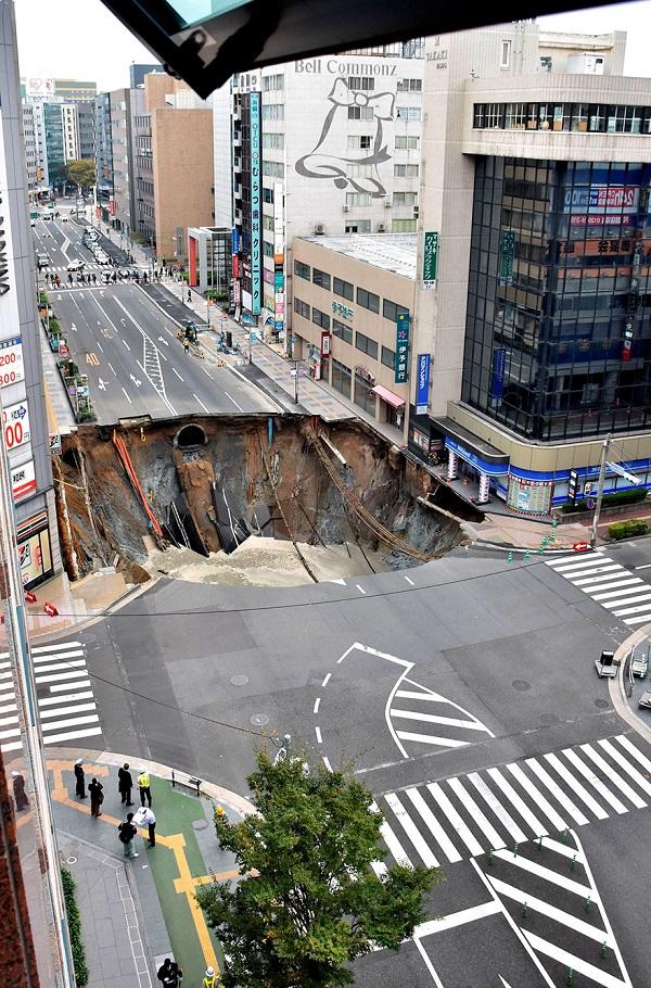 perierga.gr - Οι Ιάπωνες έφτιαξαν τεράστια τρύπα στον δρόμο σε 2 μέρες!