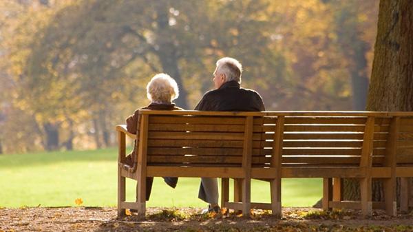 Perierga.gr-Ανεβαίνει το προσδόκιμο ζωής αλλά οι γυναίκες συνεχίζουν να ζουν περισσότερο