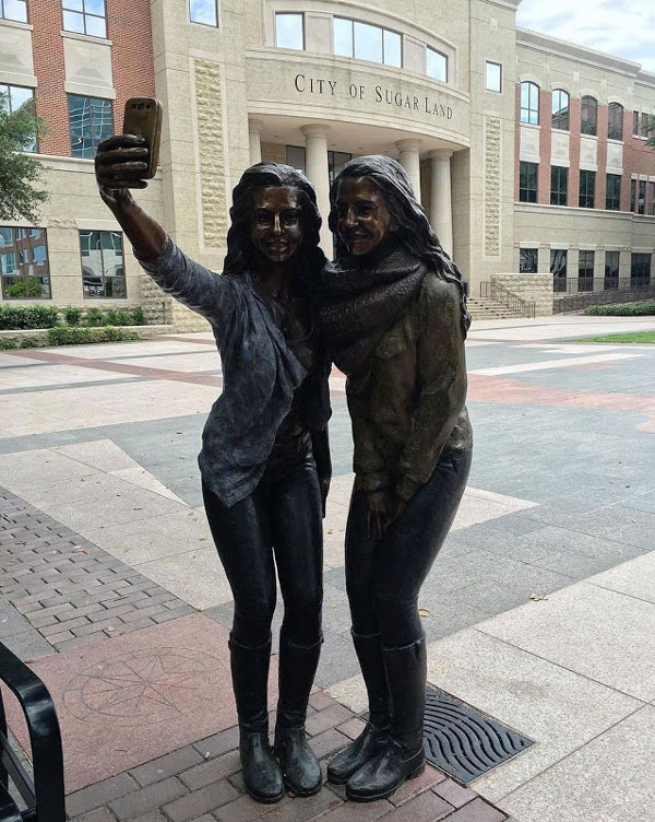 perierga.gr - H selfie απέκτησε... το γλυπτό της!