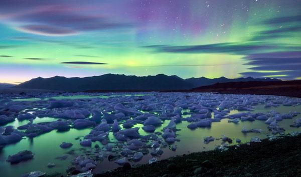 perierga.gr - Το Βόρειο Σέλας καθρεφτίζεται πάνω σε παγωμένη λίμνη!
