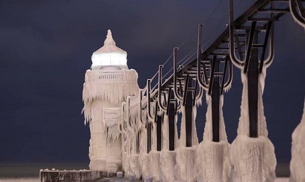perierga.gr - Ο παγωμένος φάρος της λίμνης Μίσιγκαν σε ένα βίντεο!