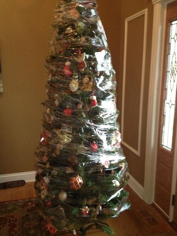 "perierga.gr - Πώς χριστουγεννιάτικα δέντρα ""σώζονται"" από τα κατοικίδια;"