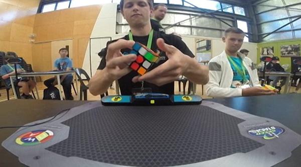 Perierga.gr-Απίστευτο ρεκόρ: Έλυσε τον κύβο του Ρούμπικ σε 4,73 δευτερόλεπτα!