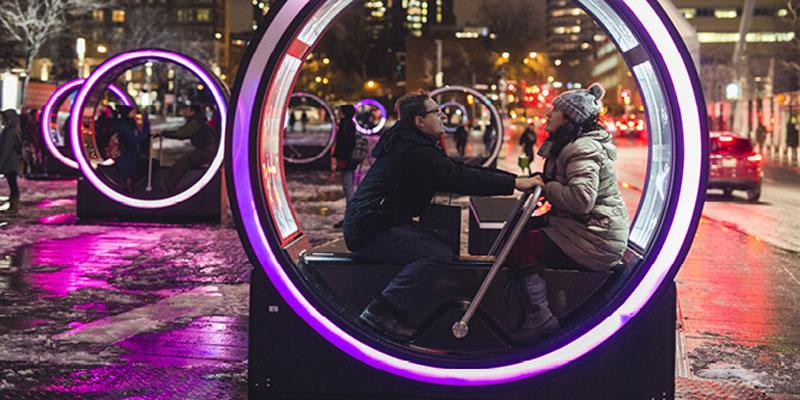 perierga.gr - Φωτεινοί κύλινδροι στο κέντρο του Μόντρεαλ παίζουν παραμύθια!