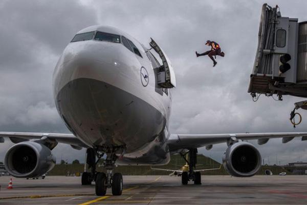 Perierga.gr-Ο Τζέισον Πολ κάνει παρκούρ στο αεροδρόμιο για να προλάβει την πτήση