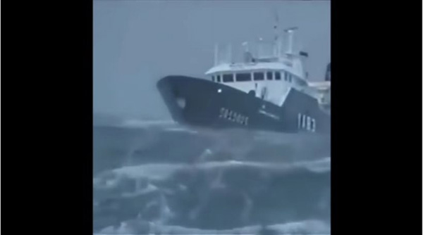 Perierga.gr-10 πλοία δίνουν μάχη με κύματα που φτάνουν τα 30 μέτρα