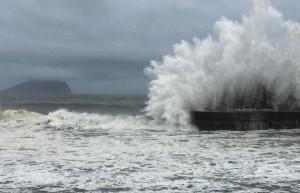 perierga.gr - Τεράστια κύματα σκάνε στις ακτές της Ταϊβάν!