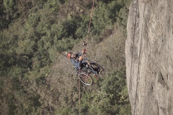 perierga.gr - Παραπληγικός κάνει... ορειβασία με το καροτσάκι του!