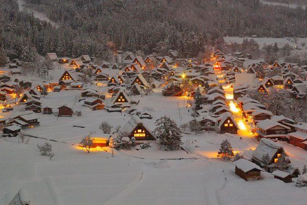 Xιονισμένα χωριά σε υπέροχες νυχτερινές λήψεις!
